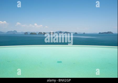 Ansicht der Phang Nga Bay aus dem reflektierenden Pool der Six Senses Resort auf Koh Yao Noi, Bucht von Phang Nga, - Stockfoto