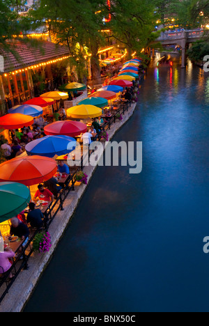 Restaurants säumen der River Walk am Paseo del Rio in der Innenstadt von San Antonio, Texas, USA - Stockfoto