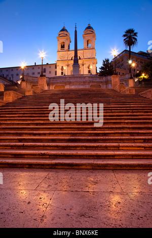 Kurz vor der Morgendämmerung an der spanischen Treppe mit Trinità dei Monti über Lazio Rom Italien - Stockfoto