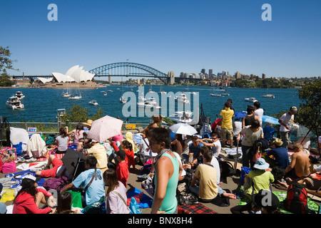 Nachtschwärmer bei Frau Macquaries Point für Silvester feiern auf Sydney Hafen. Sydney, New South Wales, Australien - Stockfoto