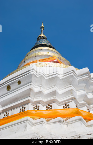 Weißer Stupa an Wat Ket in Chiang Mai, Thailand. - Stockfoto