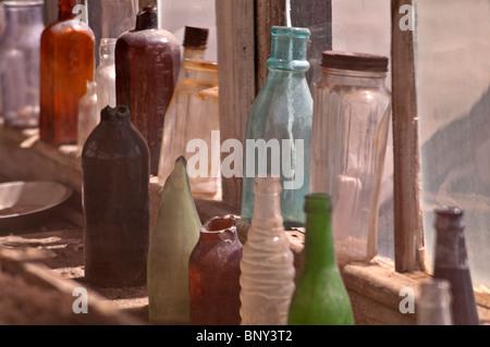Vintage Glas-Flaschen im Store Frontscheibe im Bodie Hills State Park in Kalifornien angezeigt - Stockfoto