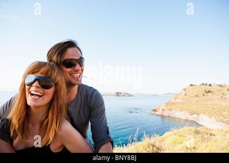 Junges Paar vor am Meer - Stockfoto
