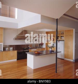 holzb den in gro e moderne k che mit t r zum speisesaal und schwarzem granit arbeitsplatten auf. Black Bedroom Furniture Sets. Home Design Ideas