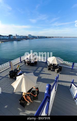 Blick von Eastbourne Pier im Hochsommer auf der Küste von Sussex, UK. - Stockfoto