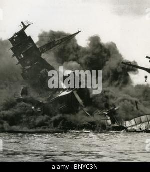 PEARL HARBOUR 7. Dezember 1941 die USS Arizona während des Angriffs durch Wellen von japanischen Flugzeugen - Stockfoto