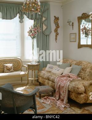 pastell grn swagged vorhang am fenster im wohnzimmer mit gemusterten wurf auf bequemen sofa stockfoto - Gotische Himmelbettvorhnge