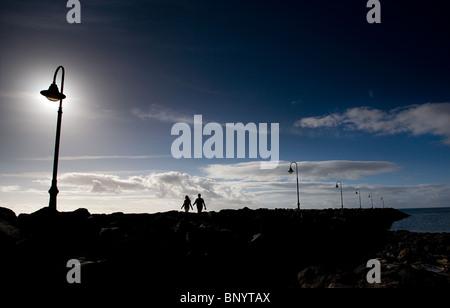 zwei verliebte unter einem Morgen Spaziergang am Strand in der frühen Morgensonne - Stockfoto