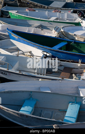 Mehrere Boote in Plymouth Harbor Plymouth MA aufgereiht. - Stockfoto