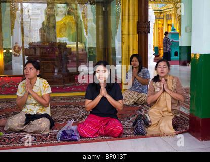 Pilger beten an der Shwedagon-Pagode, Yangon, Myanmar - Stockfoto