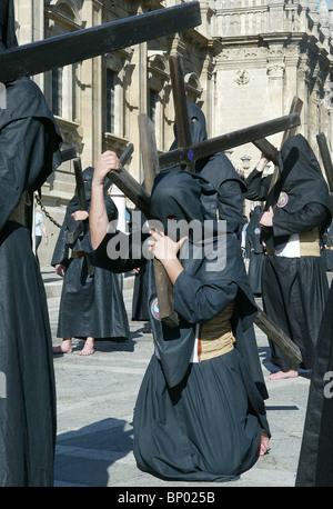 Schwarze Kapuzen Mitglieder einer Bruderschaft während der Prozessionen der Semana Santa in Sevilla, Spanien am - Stockfoto