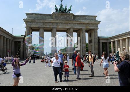 Straße Entertainer erstellen riesige Seifenblasen am Brandenburger Tor Berlin Deutschland Deutschland Europa - Stockfoto
