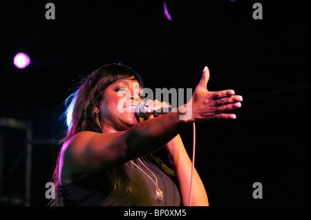Glimmer Paris, englische Soulsängerin Blues im Festzelt Hauptbühne durchführen. Maryport Blues Festival, 2010. Cumbria, - Stockfoto