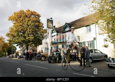 Ein Mann reitet ein Hochrad-Zyklen vorbei Jolly Gerber Public House in Staplefield.  Bild von James Boardman - Stockfoto