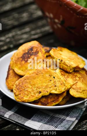 Gluten freie Krapfen gemacht mit Gramm Mehl Teig und Garnelen - Stockfoto