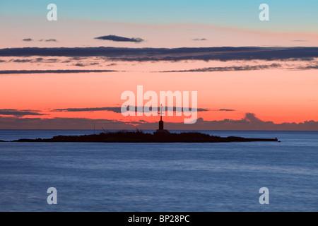 Kroatien - bunten Himmel und Wolken nach Sonnenuntergang über der Insel mit Leuchtturm - Stockfoto
