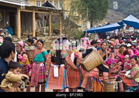 Szene Fwith viele Hmong Leute rom Cao Sohn, Vietnam-Markt zu vermarkten - Stockfoto