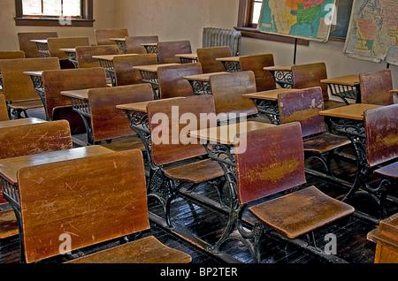 Vintage, Umdrehung der Jahrhundert alten Schulklasse mit hölzerne Schreibtische, Holzböden, alte Heizkörper und - Stockfoto