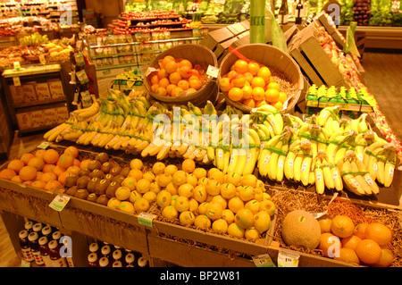 Abschnitt einer California Lebensmittelgeschäft Hervorhebung Obst und Gemüse individuell beschriftet als ökologisch - Stockfoto