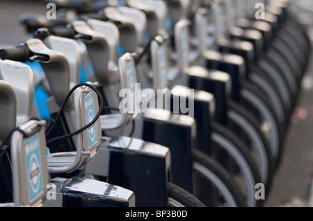 Reihe von Fahrrädern, Barclays TFL Cycle Hire Schema docking-Station, London, Vereinigtes Königreich - Stockfoto