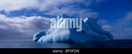 Antarktis, Deception Island, blaue Eisberg schwimmt bei ruhiger See unweit Baily Head in South Shetlands - Stockfoto