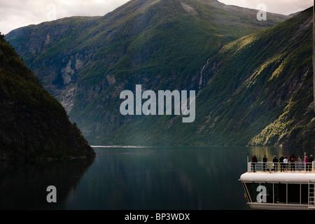 Geiranger Fjord Norwegen Kreuzfahrt-Passagiere Blick auf die schöne Landschaft UNESCO World Heritage Liste Sunnmøre - Stockfoto