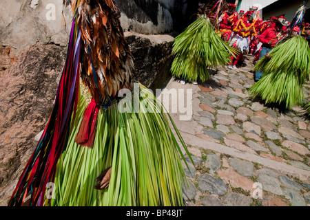 Die Cucambas-Tänzer gehen in die religiöse Prozession in Atanquez, Sierra Nevada, Kolumbien. - Stockfoto