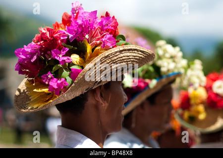 Negros Tänzer nehmen an der Prozession in Atanquez (Sierra Nevada), Kolumbien Teil. - Stockfoto