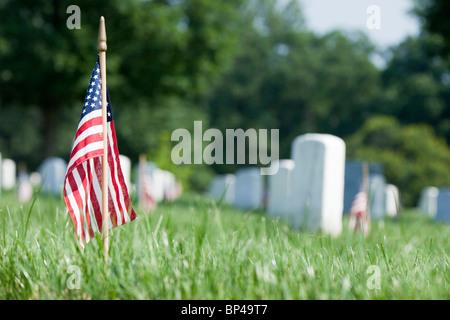 Eine amerikanische Flagge Linien jedem Grabstein in Gedenken an Soldaten getötet in der Schlacht am Memorial Day - Stockfoto