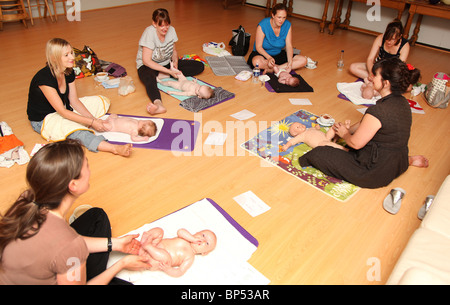 Baby-Massage. - Stockfoto