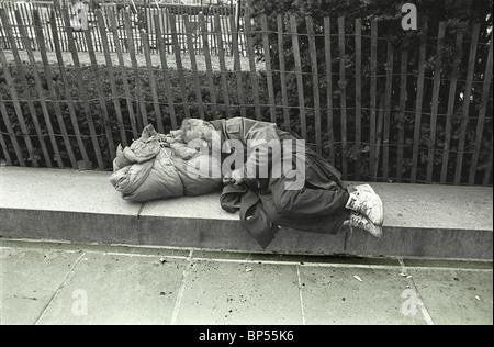Alten Obdachloser schläft entlang der 5th Avenue, Central Park in New York City den Toren. - Stockfoto