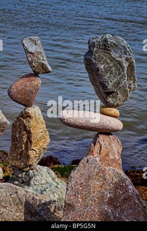 Zwei Stapel von ausgewogenen Felsen - Stockfoto