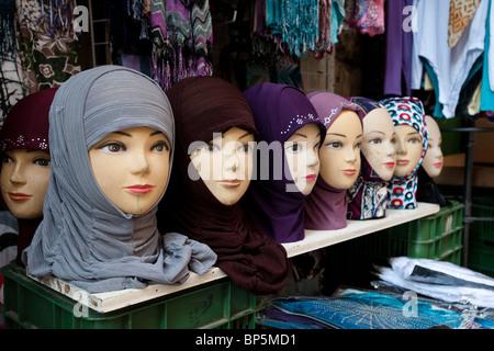Eine Vielzahl von Farben, Texturen und Stoffe von muslimischen Kopftüchern auf Verkaufsdisplay in einem Geschäft in der Altstadt von Jerusalem.