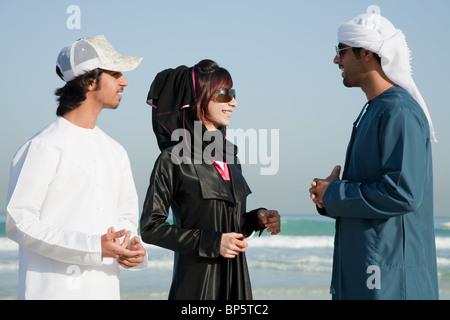 Menschen im mittleren Osten am Strand - Stockfoto