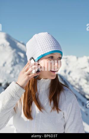 Teenager-Mädchen mit Handy - Stockfoto