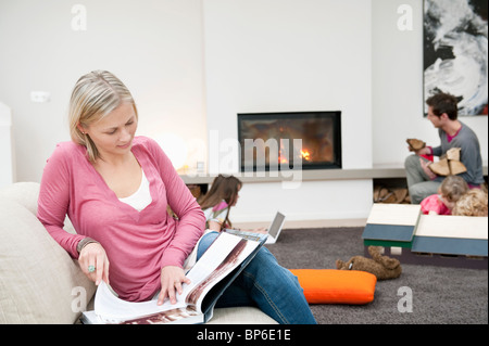 m dchen im raum magazin lesen stockfoto bild 21881607 alamy. Black Bedroom Furniture Sets. Home Design Ideas
