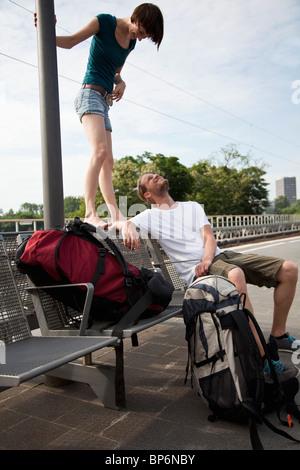 Ein junges Paar Spaß während des Wartens auf einen Bahnsteig - Stockfoto
