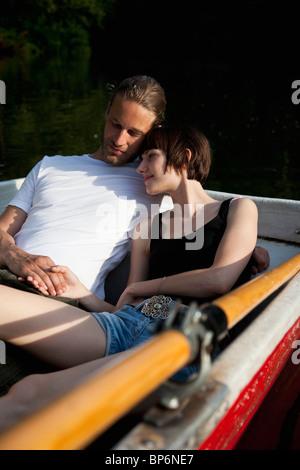 Ein zärtlichen Pärchen liegen in einem Ruderboot - Stockfoto