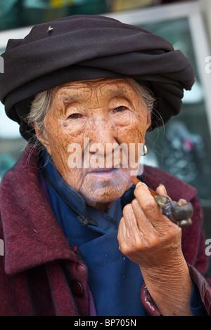 Ethnischen Minderheit Frau am Markttag in Shaxi Dorf, Yunnan Provinz, China - Stockfoto