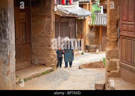 Großmutter und Enkel in Shaxi Dorf, Yunnan Provinz, China - Stockfoto