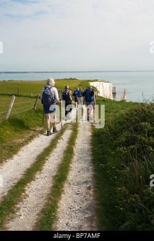 Gruppe der Wanderer auf dem Küstenpfad in der Nähe von Old Harry Rocks in der Nähe von Swanage auf der Isle of Purbeck, - Stockfoto