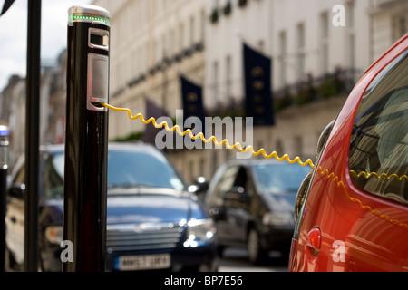 Elektroauto in einer Londoner Straße wird aufgeladen - Stockfoto