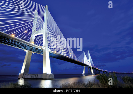 Portugal, Lissabon: Brücke Ponte Vasco da Gama bei Nacht - Stockfoto