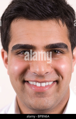 Nahaufnahme eines gut aussehenden jungen asiatischen Mannes lächelnd - Stockfoto