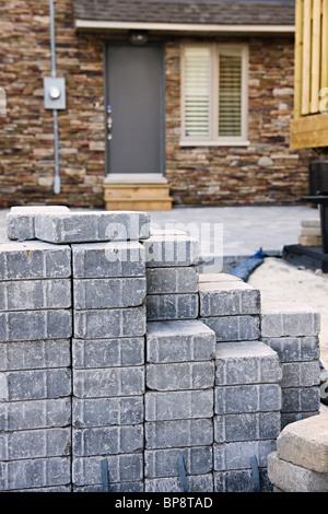 Stapel von ineinandergreifenden Steinen für die Installation von Einfahrt Landschaftsbau - Stockfoto