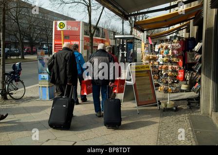 Touristischen ziehen ihre Gepäck in Berlin Deutschland - Stockfoto