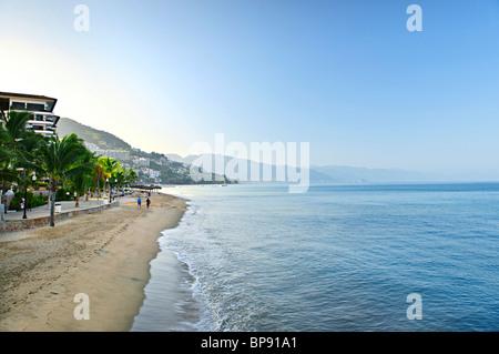 Strand und Malecon am Pazifischen Ozean in Puerto Vallarta, Mexiko - Stockfoto