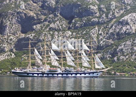 Alte Haarschneidemaschine Schiff in Kotor-Montenegro - Stockfoto