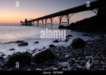 Die Pier in Clevedon, North Somerset, kurz nach Sonnenuntergang. Clevedon Pier ist nur völlig intakt, Grade 1 aufgeführten - Stockfoto