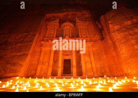 Al Khazneh (oder Treasury) bei Nacht beleuchtet bei Kerzenschein, Petra, Jordanien - Stockfoto